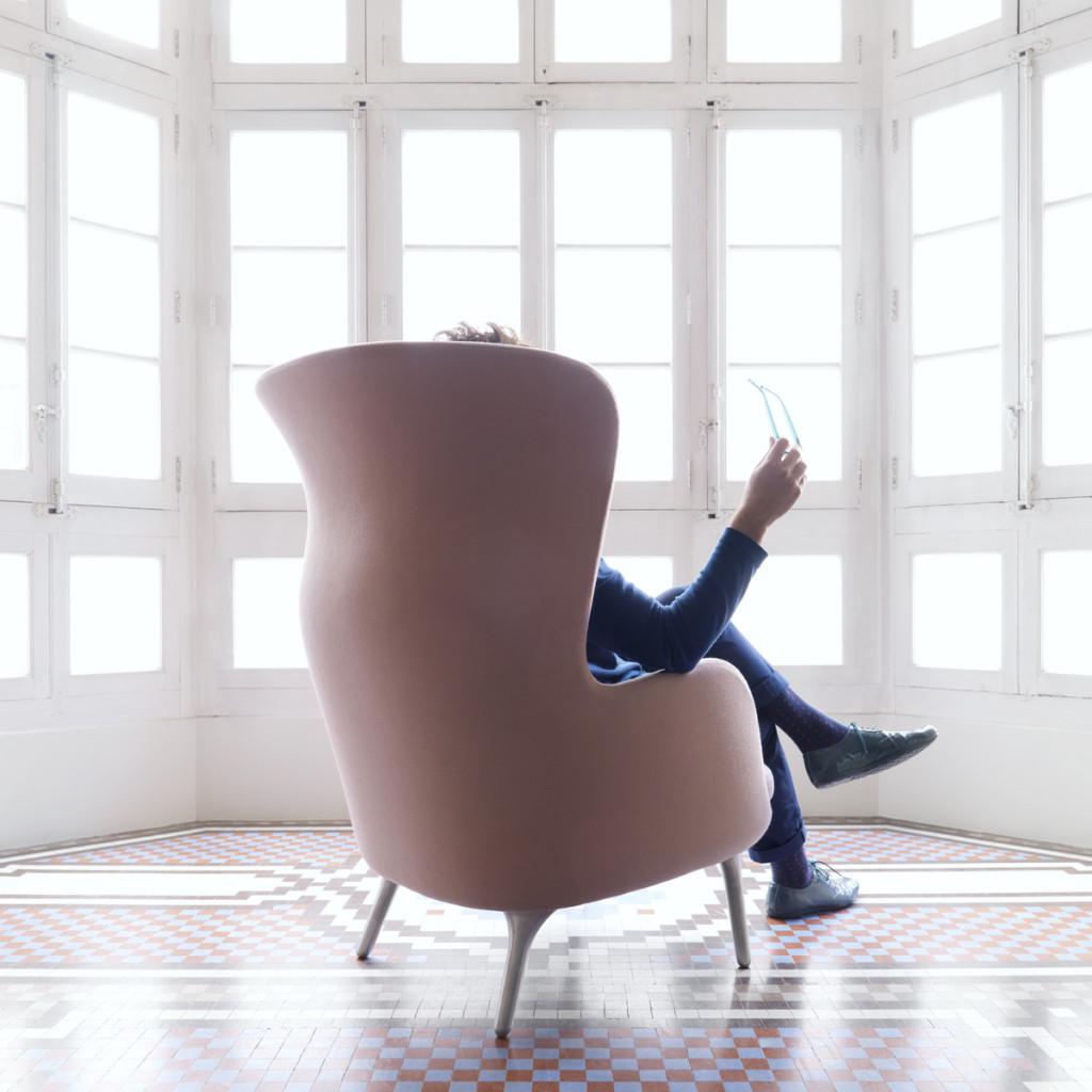 Ro-Sessel-pink-mit-Jaime-Hayon-sitzend-Rueckseite