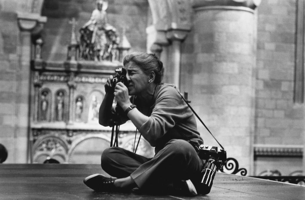 BOG100. NUEVA YORK (EEUU), 05/01/2012.- Fotografía de archivo de 1963 de la fotógrafa estadounidense Eve Arnold, la primera mujer en ingresar en Magnum y famosa por sus retratos de Marilyn Monroe, quien murió a los 99 años, anunció hoy, jueves 5 de enero de 2012, la prestigiosa agencia de fotoperiodismo cofundada por Frank Capa. Arnold, nacida en Filadelfia (Pensilvania) el 21 de abril de 1912, falleció el miércoles en Londres, ciudad en la que residía desde 1962, según un comunicado publicado en la página web de Magnum. EFE/Robert Penn/SOLO USO EDITORIAL/NO VENTAS  EEUU OBITUARIO
